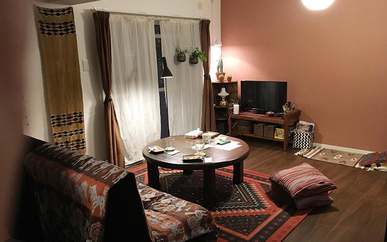 MOMOさん宅のリビング。アクセントクロスとコーデされたインテリアがステキ(写真撮影:嘉屋恭子)