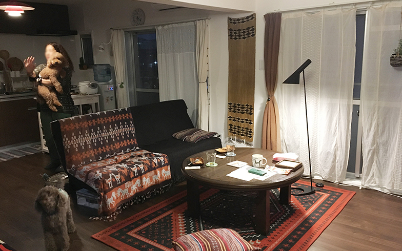 MOMOさん宅のリビング。当初はものをもたずに暮らそうと思っていたものの、この部屋で暮らすうちに、心地よい空間をつくろうと思い直し、好きなアイテムを買い足していったそう(写真撮影:嘉屋恭子)