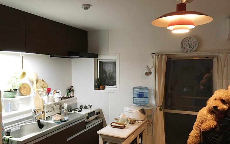 団地にあるキッチン脇の小窓が「かわいい」というMOMOさん。団地特有のしつらえを活用しながら、上手に住みこなしています(写真撮影:嘉屋恭子)