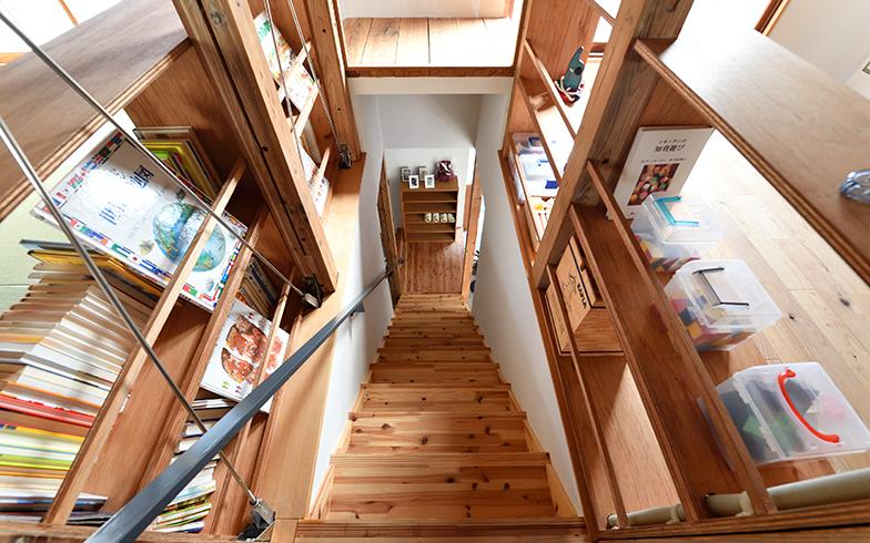 1階のシェアキッチンから2階へ続く階段。ムクの木のいい香りが漂う(写真/水野浩志)