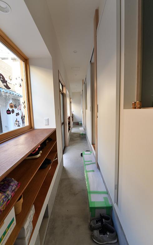 長屋の建具や玄関扉の位置などはそのままに、共用キッチンへのアクセス利便性を考慮したシェアハウスの玄関。2階に続く階段は3カ所ある(写真/水野浩志)