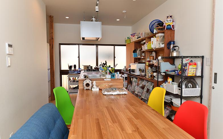 階段を上がったところには、共用キッチンとダイニングテーブル(写真/水野浩志)