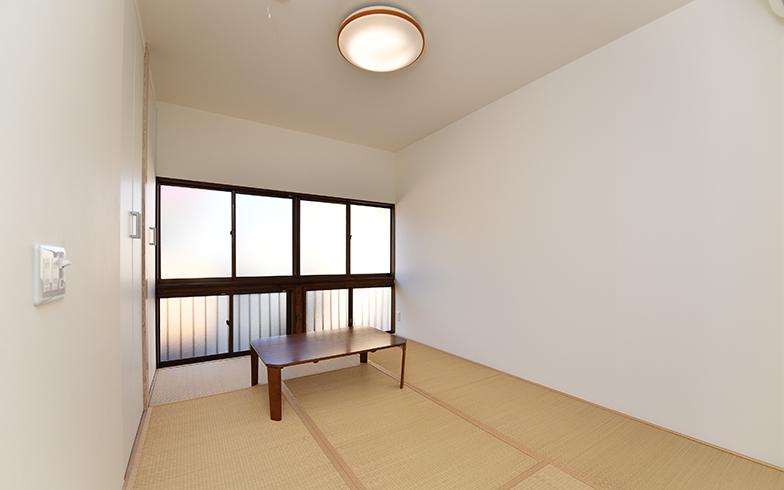 共用キッチンの隣の扉を開けると母と子が暮らす居室。6畳ある空間は畳やフローリングタイプの2種類(写真/水野浩志)