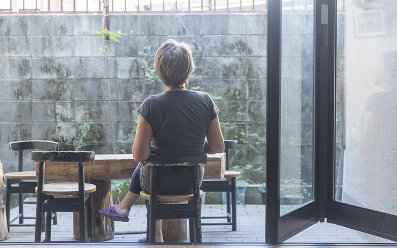 ステキな中庭でお茶するYさん(写真撮影/中島光行)
