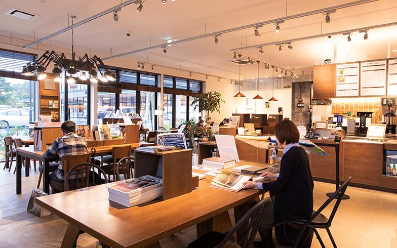 軽井沢書店のカフェスペース(写真撮影/片山貴博)