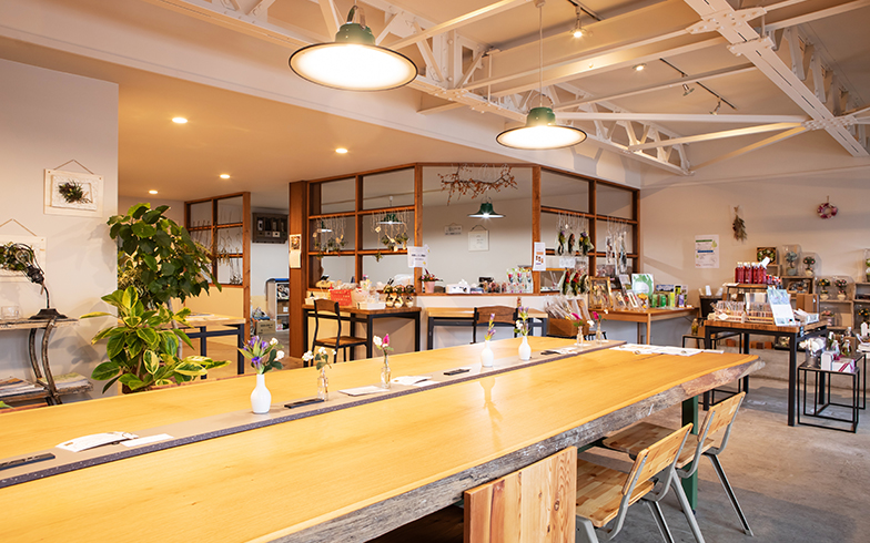 大きなテーブルが印象的な、ルルグラスの店内(写真撮影/片山貴博)
