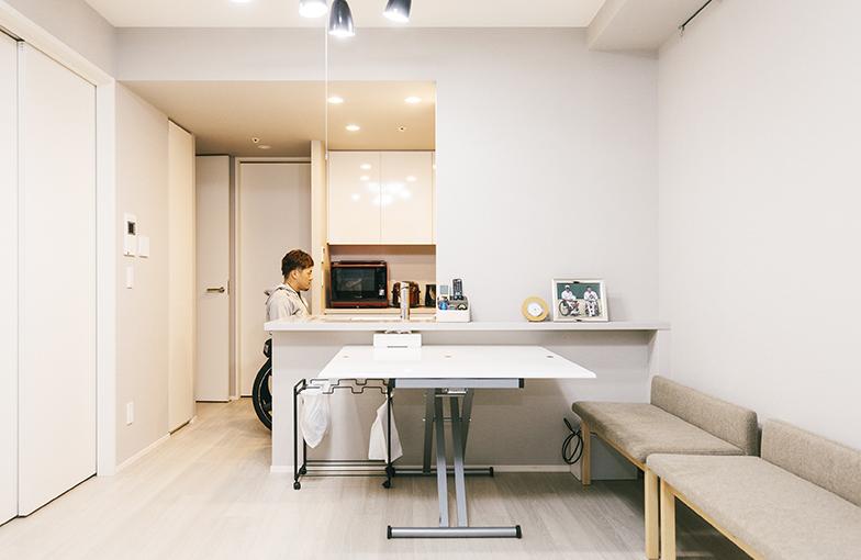 車いすでも使いやすいキッチン台の高さ(撮影/嶋崎征弘)