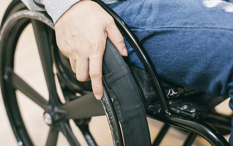 「床が汚れないように、部屋用の車いすにはカバーをつけています」(菅野さん)。(撮影/嶋崎征弘)