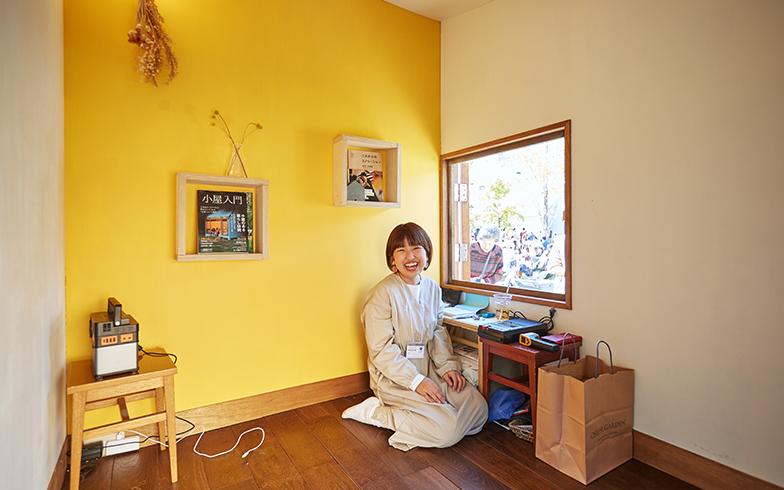 壁は一面を黄色に塗り、かわいらしい内装に。入口や窓は小さく、茶室をイメージしたつくりにしている(撮影/相馬ミナ)