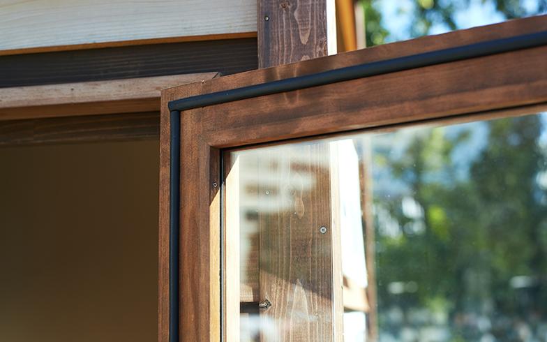 断熱材の効果を高めるために自作でパッキンを取り付けたという窓枠(撮影/相馬ミナ)