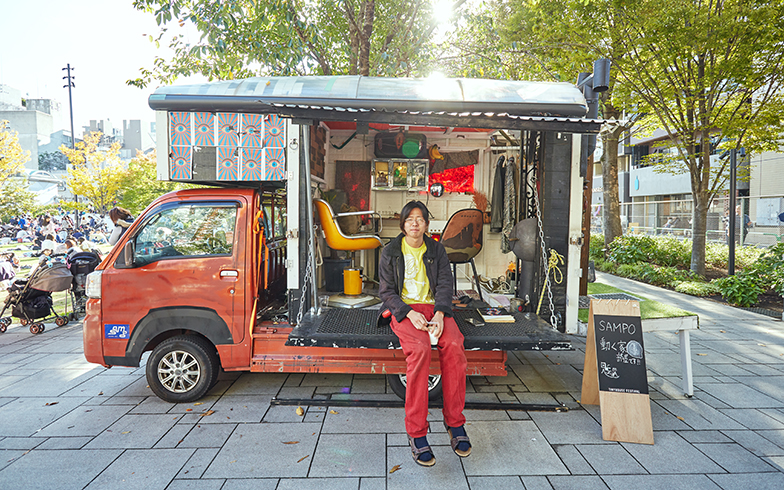 「SAMPO Inc」は建築集団。この日はメンバーである大友純貴さん自身が住まいとしている一台を展示していた。運転席の上部を活用して寝るスペースもしっかり確保している(撮影/相馬ミナ)