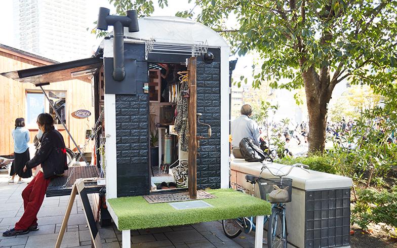 普段は「SAMPO Inc」の倉庫兼事務所にメンバーそれぞれのモバイルハウスが6台ほど乗り入れているのだそう。トイレやお風呂をシェアしながら、身軽に生活している(撮影/相馬ミナ)