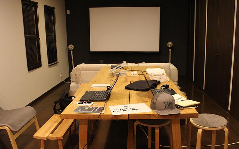 広いリビングはコワーキングスペースとダイニングスペースに分割。プロジェクタで大きなスクリーンに映画を映して上映会をしたり、会員と家守で飲み会をしたりと、さまざまな使い方をしているそうです(写真撮影/SUUMOジャーナル編集部)