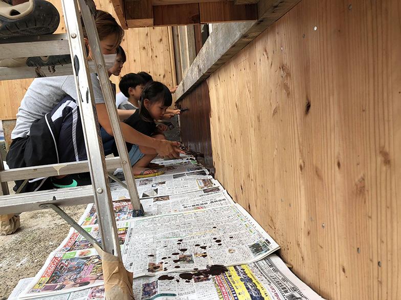 リフォーム工事の様子。DIYしたのは、(1)床材の加工(2)漆喰壁などクロス以外の塗装(3)土間打ちのコンクリートの運搬(4)外壁や屋根の塗装など。子どもたちも遊び感覚で楽しみながら手伝ってくれた(画像提供/HUB a nice d!)