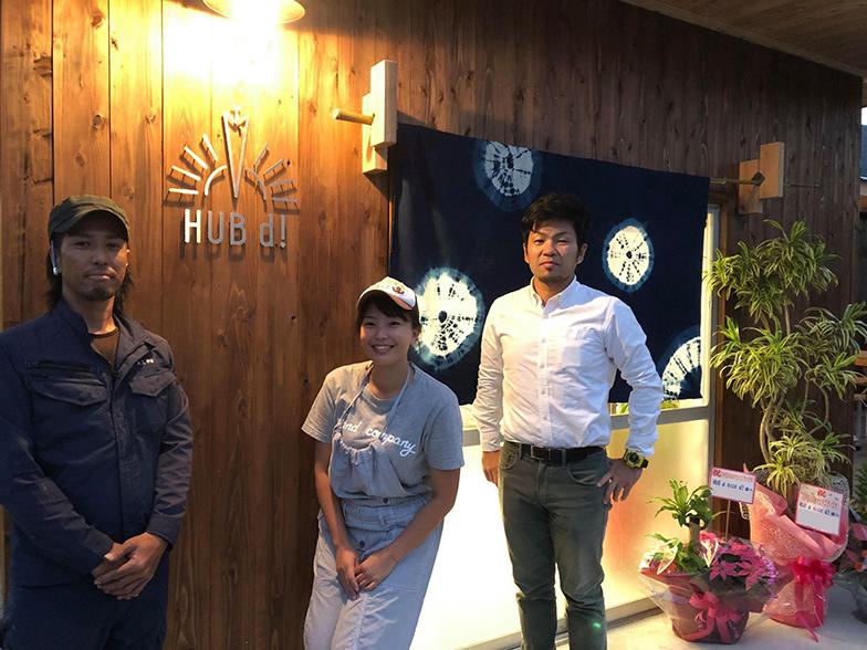 左から、中村栄太さん、山本美帆さん、森帆嵩さん。34歳、34歳、35歳と、奇しくもほぼ同い年の3人がそろった。建築当時の強度に復元したこの建物は、2018年9月の台風で島内が多くの被害に見舞われたときも、被害がなかったという(画像提供/HUB a nice d!)