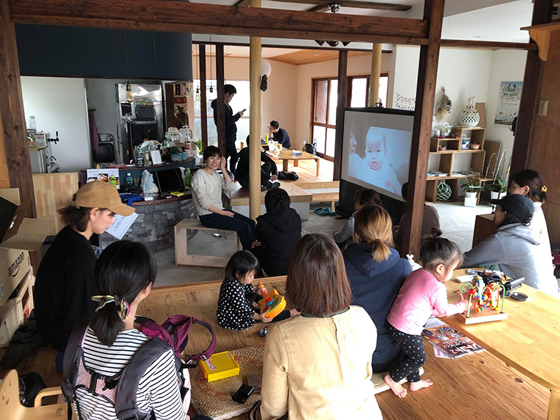 カメラマンを迎えてのカメラ講座では、子どもたちをのびのび遊ばせながら参加できる。ママたちは学びに集中し、チビッコたちは遊びに熱中(画像提供/HUB a nice d!)