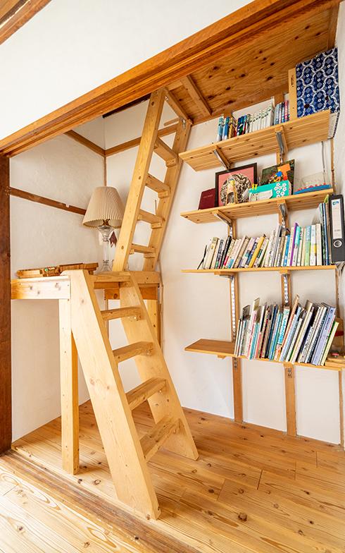 2階の中央の部屋は、押入れをなくして、息子の秘密基地につながる階段を設置(写真撮影/高木真)