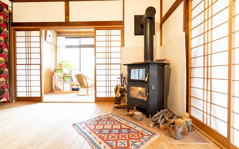 この家の顔といえる信州発エイトノットの薪ストーブ(写真撮影/高木真)