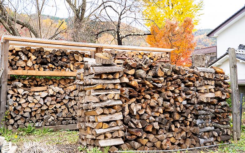 2月から11月の間に、薪ストーブ用の薪を調達し冬に備える向井一家。これだけの薪が、ひと冬でなくなってしまうのだそう(写真撮影/高木真)