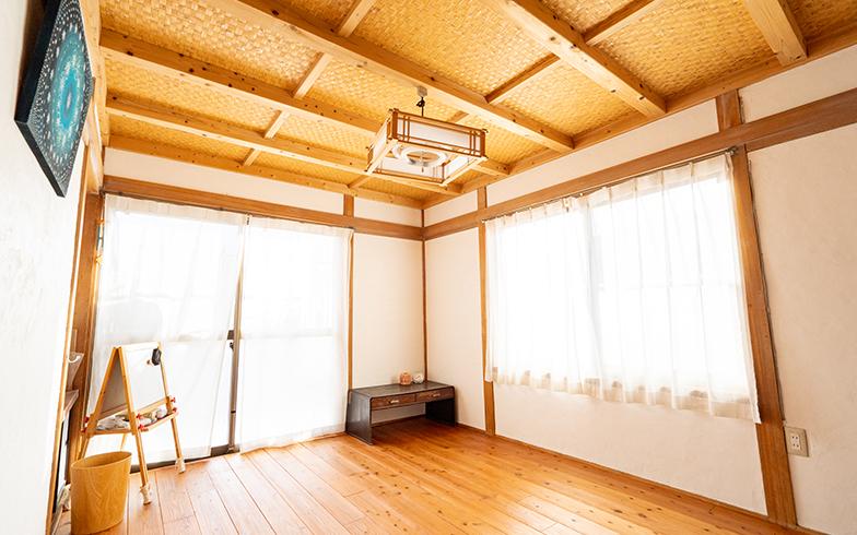 客間の上には息子の秘密基地が。天井を20cmほど下げてロフトスペースをつくった(写真撮影/高木真)