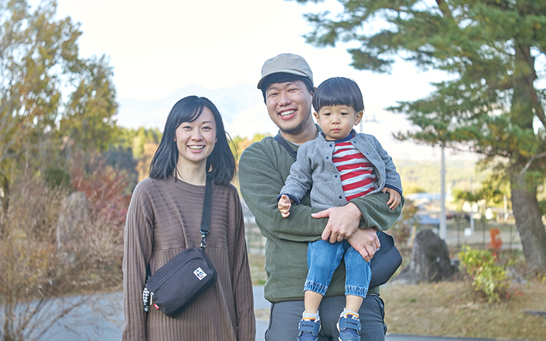 2歳になったばかりの息子と。「山々に囲まれた環境は東京では得られなかったものです」(写真撮影/相馬ミナ)