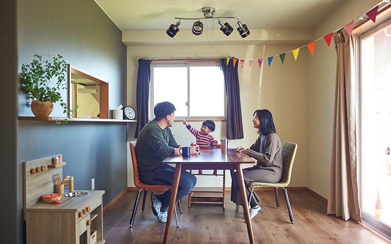 住まいは75平米の3LDK。トランクルームと駐車場付きで家賃4万8000円と、東京では考えられない安さ。グレーのアクセントウォールはもともとの仕様でオシャレ(写真撮影/相馬ミナ)