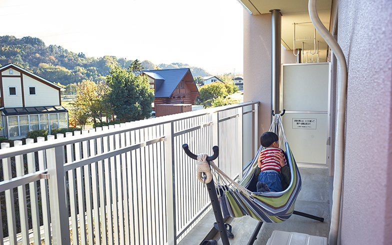 バルコニーからの眺めも緑にあふれている。ハンモックを置き、のんびりとくつろぐことも(写真撮影/相馬ミナ)