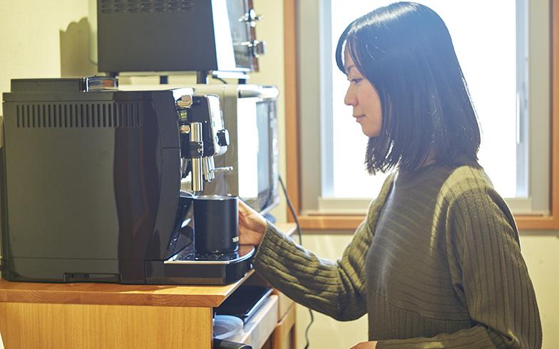 テレワークで新たに購入したのはコーヒーメーカー。仕事中の息抜きのための必需品となった(写真撮影/相馬ミナ)