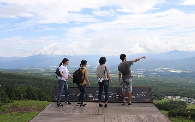 東京から遊びに来た友人たちと清里テラスへ。「私たちの友人らが来ると、いろんな観光地を訪れるきっかけにもなります」(妻、写真提供も)