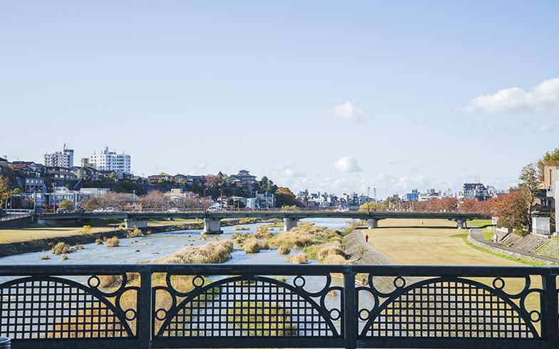 自宅近くの犀川。金沢は自然が身近に感じられる環境である(写真撮影/イマデラガク)