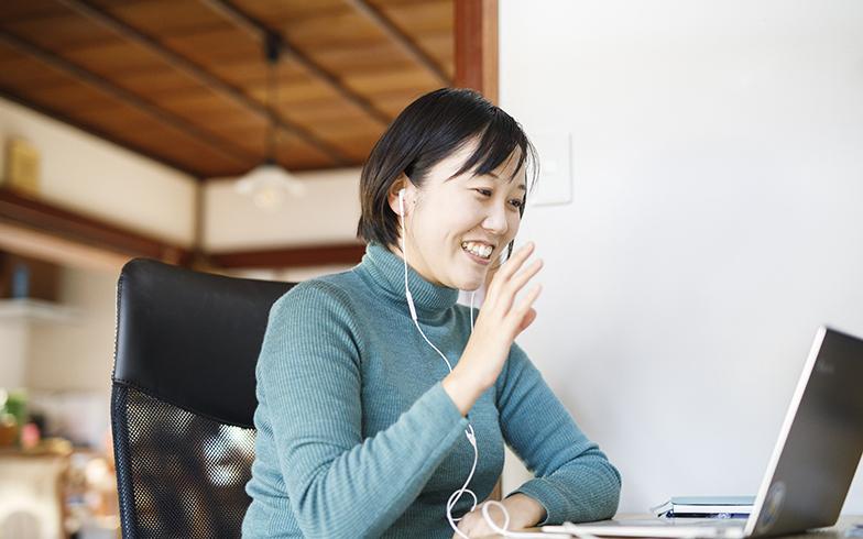 WEB会議システムを通じてミーティングに参加する須田さん(写真撮影/イマデラガク)