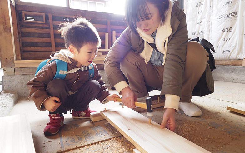 4歳の息子さんとともに図書館で本棚をつくるワークショップに参加(写真提供/須田麻佑子さんご友人)