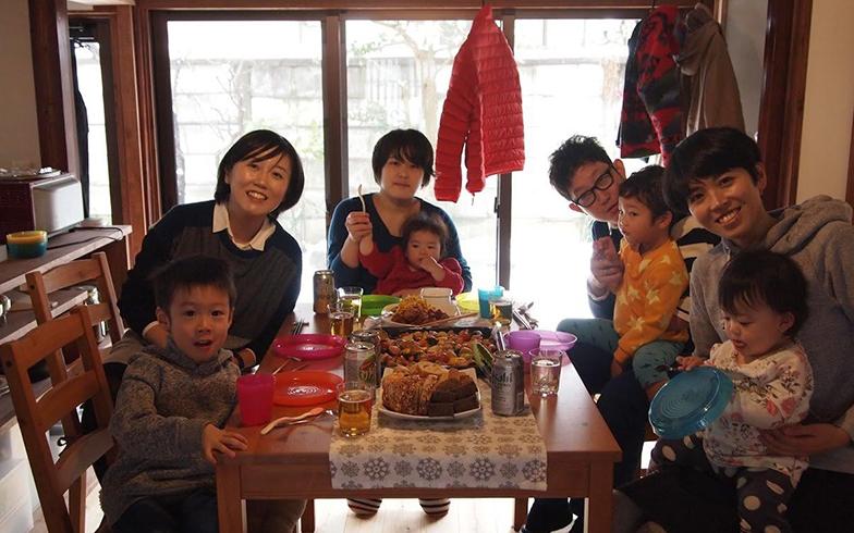 地元で仲良くなった家族を招いてホームパーティー。都会だと知り合いも埼玉、千葉、横浜……と点在していてなかなか自宅に招きづらいが、金沢だとエリアが狭いので家族同士での集まりも声をかけやすくなったそう。人づきあいがしやすくなったのも魅力のひとつだと語る(写真提供/須田麻佑子さん)