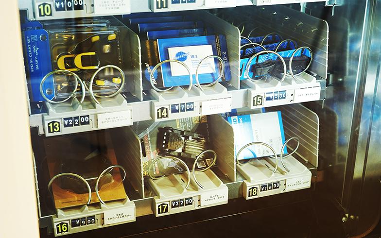 施設内にある自動販売機は、エネルギー補給のスイーツのほか、メンテナンス用の道具も販売されている(写真撮影/相馬ミナ)