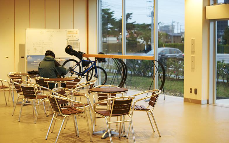 休憩しながら、ルートを考えたり、他のサイクリストとコミュニケーションをとったりできるスペースになっている(写真撮影/相馬ミナ)