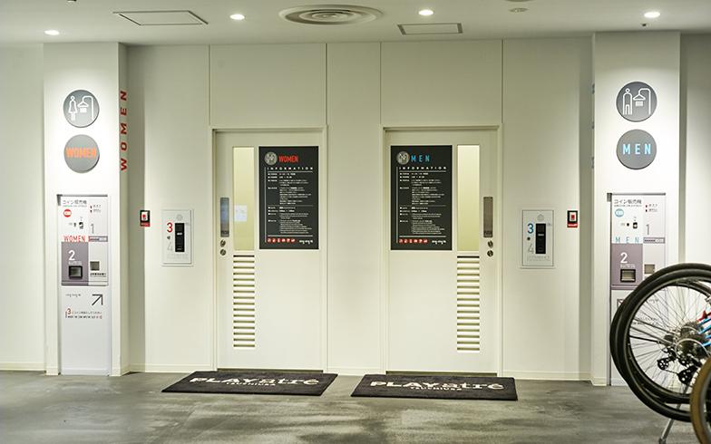 地下1階にある無人のレンタサイクルのエリアにも、シャワー室がある。入り口には防犯カメラもしっかりついていて安心して使える(写真撮影/相馬ミナ)