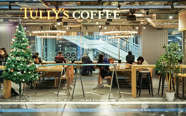 「TULLY'S COFFEE」はイタリアの自転車メーカー「Bianchi」とコラボレーションした内装で、チェレステカラーを使ったサイクルスタンドがある(写真撮影/相馬ミナ)
