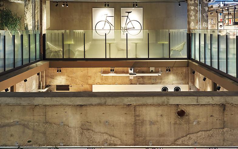 レストランフロアも充実していて、自転車にまつわるディスプレーが目を引く(写真撮影/相馬ミナ)