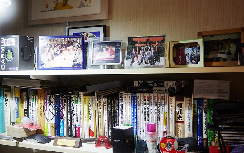 背後も全面書棚でしたが、正面の棚には独立された3人の息子さん家族との写真などが並べられています(写真撮影/相馬ミナ)