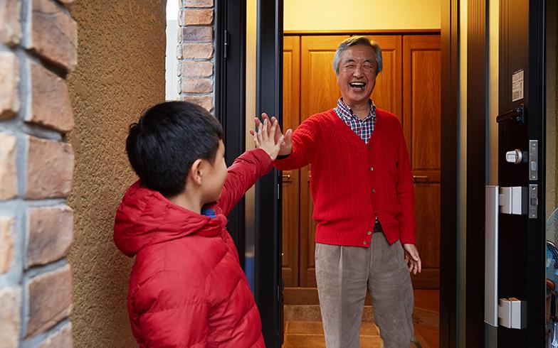 「お帰り~!」近居のお孫さんは共働きの両親が帰宅するまで、祖父母宅で過ごすのが日課。お孫さんも第二のわが家のようにリラックス(写真撮影/相馬ミナ)