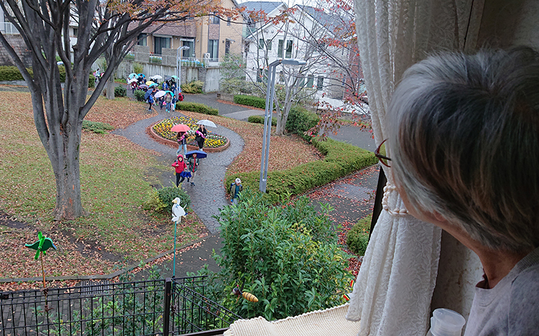 取材日も朝の通学時に、お孫さんを見つけて手を振る奥様。孫育てを楽しんでおられます(写真撮影/角方さん)