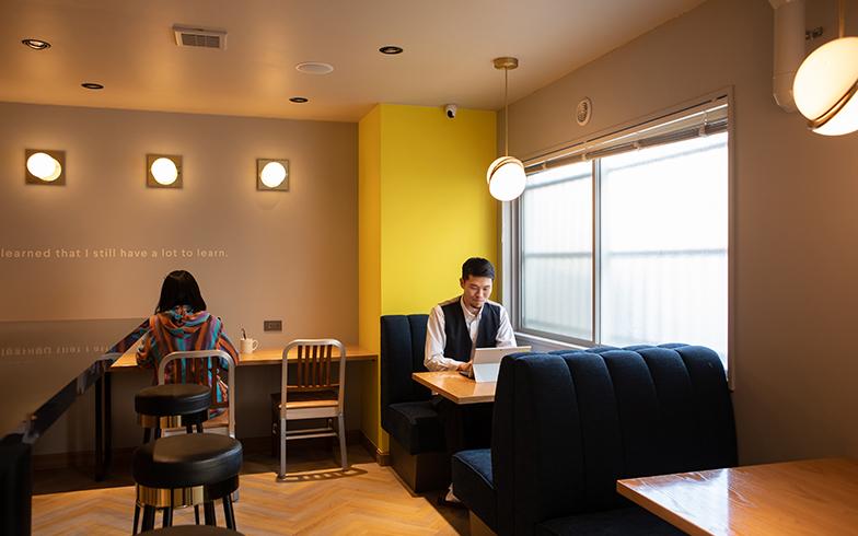 ワーキングラウンジでは、前田さん以外にも仕事をする人の姿も(写真撮影/片山貴博)