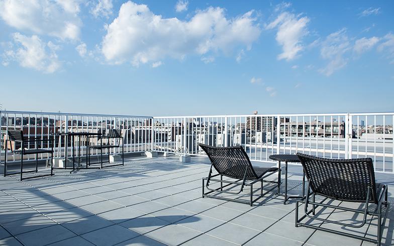 心地よい屋上。開放的な空間で気持ちもリフレッシュできる(写真撮影/片山貴博)