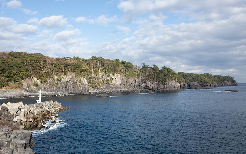 釣り場でもある近くの漁港にて。海と崖がそびえる景観は、それだけで非日常の風景だ (写真撮影/片山貴博)