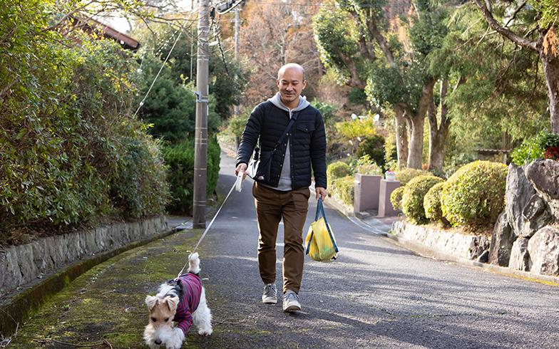 近所を散歩。妻は移住を機に仕事を辞めたため、こちらに友人はいないが、犬の散歩を通して犬友達ができつつあるとか(写真撮影/片山貴博)