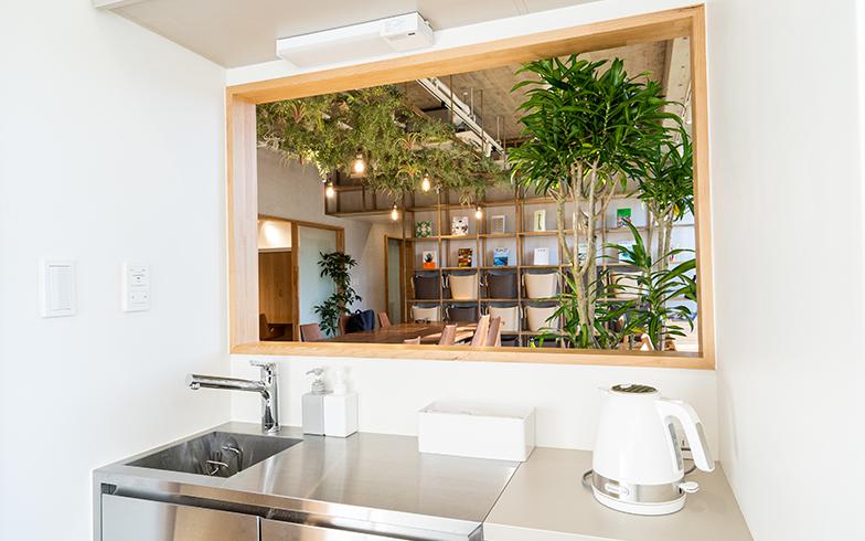 自由に使えるキッチン設備や複合機(写真撮影/高木真)