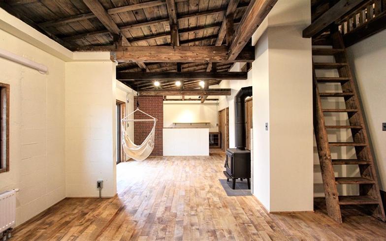 北海道で多く建てられた二軒長屋。今では徐々に姿を消しつつありますが、性能を高めて内装を変え、快適な家に変化させたことで、昔ながらの町の風景を留めています(株式会社スロウル)