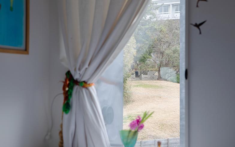 ベッドサイドの窓からは丘が見え、気持ちよく目覚められるのだそう(写真撮影/片山貴博)