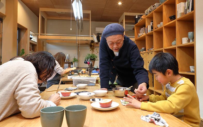 縫製工場をリノベした自宅兼アトリエは、アートを楽しむ人たちで本日も大賑わい