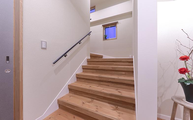 リノベーション後の階段部分。「元工場だった名残で、廊下が広く、階段が緩やかなのがうれしい」(佐藤さん)(写真提供/結設計工房)